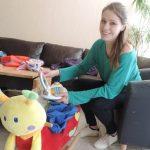 L'auxiliaire de vie garde les enfants à domicile